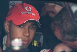 Lewis Hamilton revisa la cabina del auto de Tony Stewart