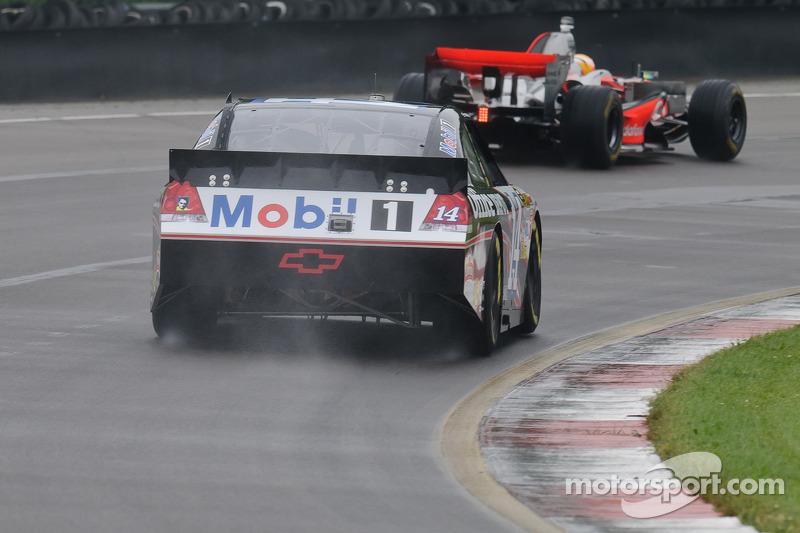 Tony Stewart en su Chevy Impala Sprint Cup y Lewis Hamilton en su McLaren MP4-23