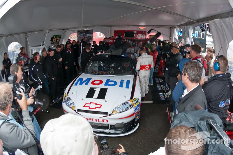 Lewis Hamilton se prepara para subirse al Chevrolet de Tony Stewart