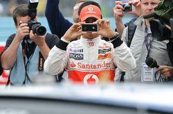 Lewis Hamilton toma una foto de su nuevo viaje