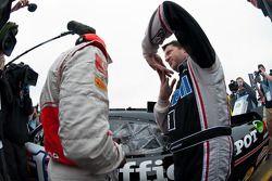 Tony Stewart explica las aletas del techo a Lewis Hamilton