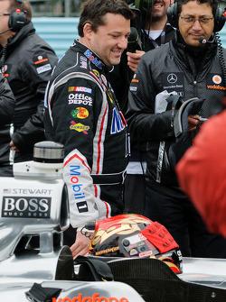 Tony Stewart se prepara para entrar en el McLaren de Lewis Hamilton