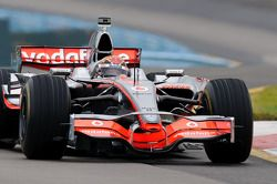 Tony Stewart im McLaren MP4-23 von Lewis Hamilton