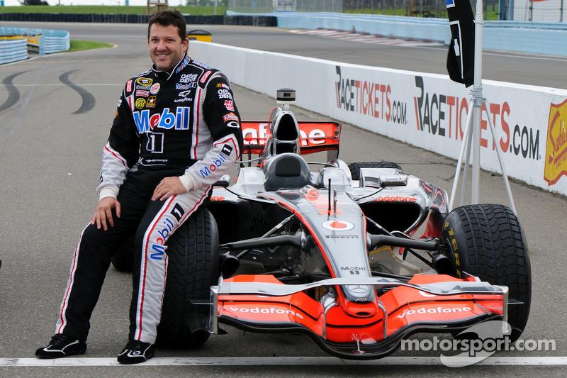 Tony Stewart con el McLaren de Lewis Hamilton