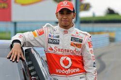 Lewis Hamilton con el coche de la Copa Sprint de Tony Stewart