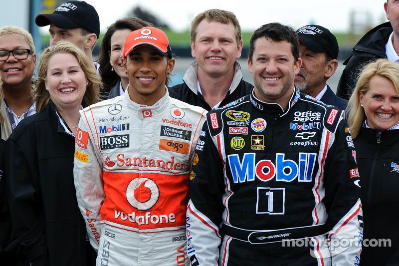 Lewis Hamilton y Tony Stewart con VIP de Mobil 1