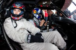 Nicky Hayden, de Ducati Team, trata el AMG Mercedes C-Klasse con David Coulthard, Mücke Motorsport