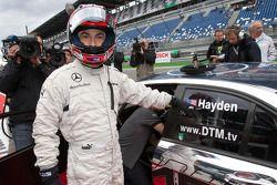 Nicky Hayden, Ducati Team, a punto de conducir el AMG Mercedes C-Klasse con David Coulthard, Mücke M
