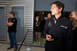 Bruno Spengler, equipo HWA Mercedes AMG relojes como Nicky Hayden, de Ducati Team, conduce el AMG Mercedes C-Klasse con David Coulthard, Mücke Motorsport
