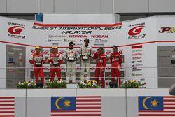 GT300 podium: winnaars Nobuteru Taniguchi en Taku Bamba, 2de Tetsuya Tanaka en Katsuyuki Hiranaka, 3