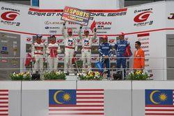 GT500 podium: winnaar Takashi Kogure en Loic Duval, 2de Masataka Yanagida en Ronnie Quintarelli, 3de