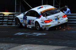 El #7 BMW Motorsport BMW M3GT: Andy Priaulx, Dirk Müller, Dirk Werner, Dirk Adorf choca fuertemente en el Karussell