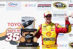Victory lane: race winnaar Kurt Busch