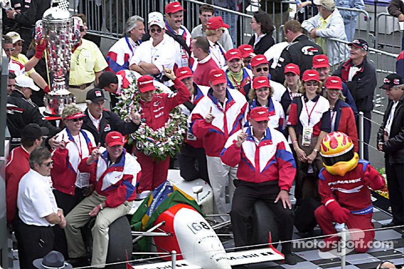 Em 2001, Helio Castroneves venceu pela primeira vez a maior prova do automobilismo mundial