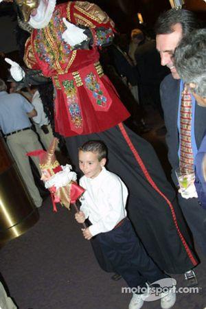 Un enfant heureux devant le Cirque du Soleil