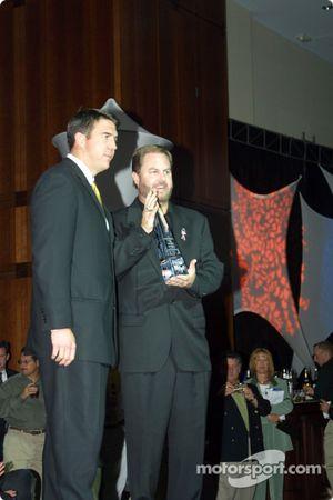 Matt McCartin, directeur de l'Indy Racing League, remet le trophée de promoteur de l'année à Eddie Gossage, vice-président executif et manager général du Texas Motor Speedway