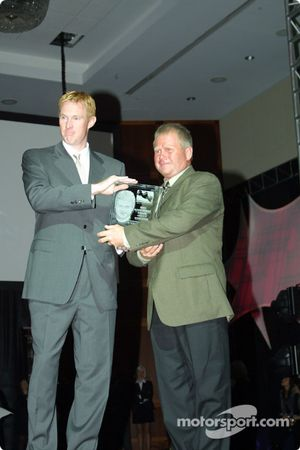 John Lewis, directeur des opérations de l'Indy Racing League, remet le tropgée de l'IRL à Steve Kiefer, coordinnateur de la logistique