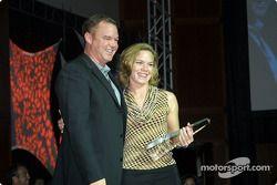 Al Unser Jr remet le trophée du pilote le plus populaire à Sarah Fisher