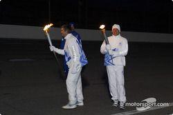 Eddie Cheever reçoit la flamme olympique des mains de Tony George