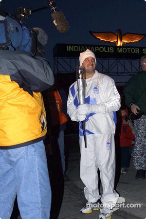 Tony Stewart se prépare à recevoir la flamme olympique des mains de John Andretti