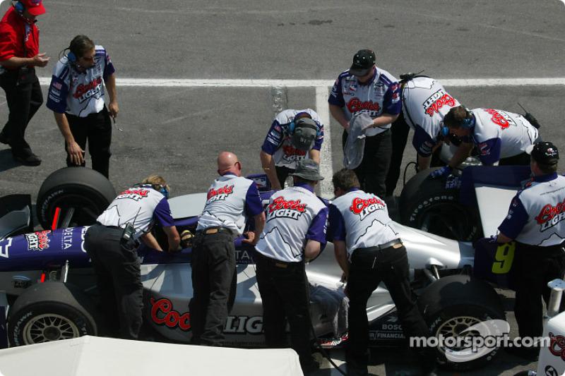 Team Hemelgarn works on the #91 car