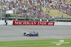 Tomas Scheckter prenant le drapeau carrolé