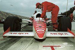 La voiture de Arie Luyendyk après la course