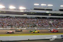 Скотт Диксон лидирует на старте гонки