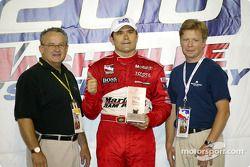 Le vainqueur Gil de Ferran présente le vainqueur de la montre Maurice Lacroix