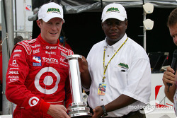 Scott Dixon is presented the MBNA Pole Award by Parrish Henry
