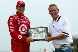 Tomas Scheckter reçoit le Bobby Unser Pole Award par Bobby Unser