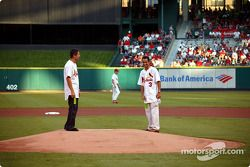 Visite du terrain de baseball des St. Louis Cardinals: Gil de Ferran et Helio Castroneves