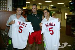 Visite du terrain de baseball des St. Louis Cardinals: Gil de Ferran et Helio Castroneves avec le joueur Pujols
