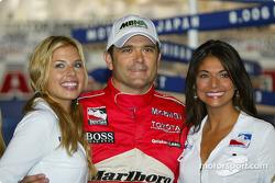 Gil de Ferran célèbre la pole position avec les IndyGirls