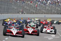 Scott Dixon et Tomas Scheckter mènent le peloton