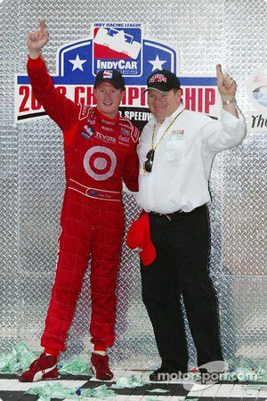 Scott Dixon et Chip Ganassi célèbrent le championnat
