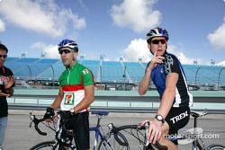 Tony Kanaan sur son vélo avec le double Champion du Monde d'IronMan Tim DeBoon