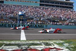Sam Hornish Jr. takes checkered flag in front of Helio Castroneves