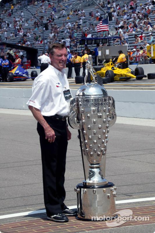 Le triple vainqueur de l'Indy 500 Johnny Rutherford avec le Borg-Warner Trophy