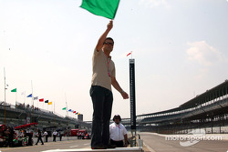 Gil de Ferran waves the green flag