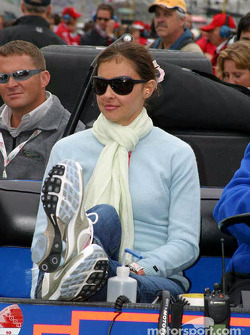 Ashley Judd watches Dario Franchitti prepare to qualify