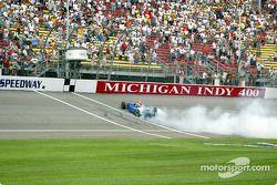 Tomas Scheckter faisant fumer les pneus