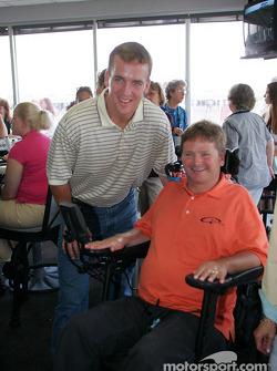 La Quarterback des Indianapolis Colts Peyton Manning avec Sam Schmidt