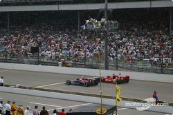 Larry Foyt get the move over flag to let leader Buddy Rice through