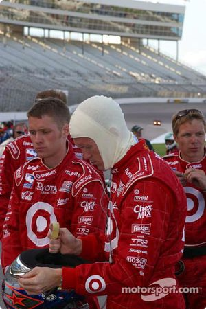 Scott Dixon prepares his helmet before the race