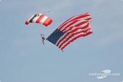 Un parachutiste arrive avec le drapeau américain