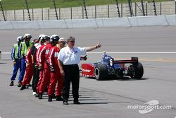Les membres de l'équipe de sécurité de l'IRL donnent le pouce levé à Buddy Rice et les autres pilotes