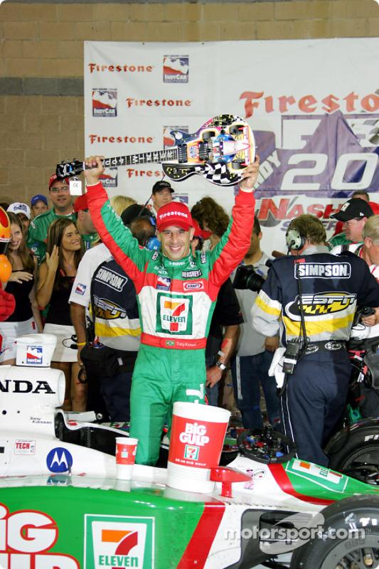 Le vainqueur Tony Kanaan fête sa victoire