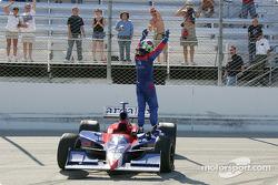 Le vainqueur Dario Franchitti fête sa victoire