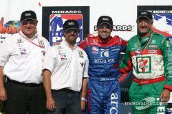 Victory Lane: le vainqueur Dario Franchitti avec Michael Andretti et Kim Green